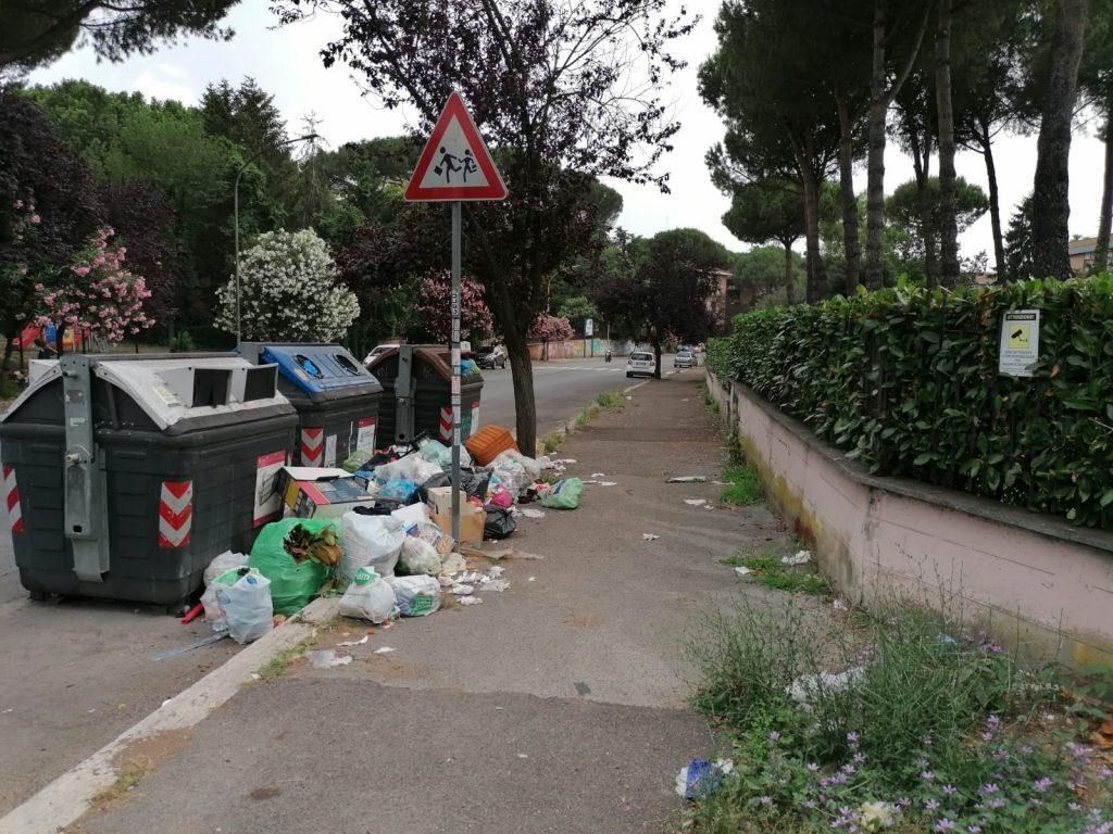 Un marciapiede di via Comano, di fronte a una scuola dell'infanzia