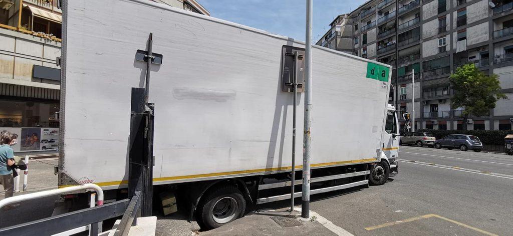 Il camion finito nella voragine (Foto Reporter Montesacro)
