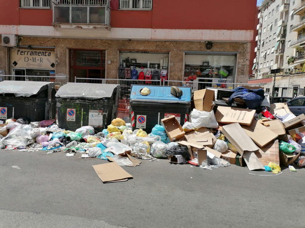 Immondizia in strada a via Val d'Ossola