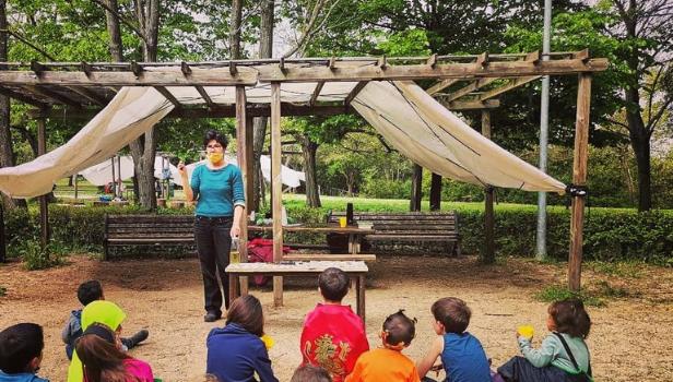Una lezione della scuola nel parco