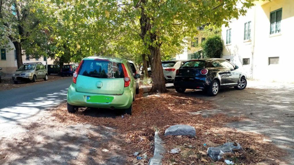 Sosta sui marciapiedi delle auto in via Monte Massico e adiacenze