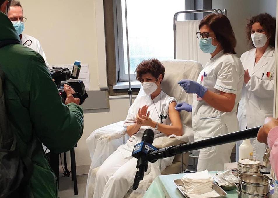 La prima vaccinazione al Policlinico Umberto I (foto Università Sapienza)