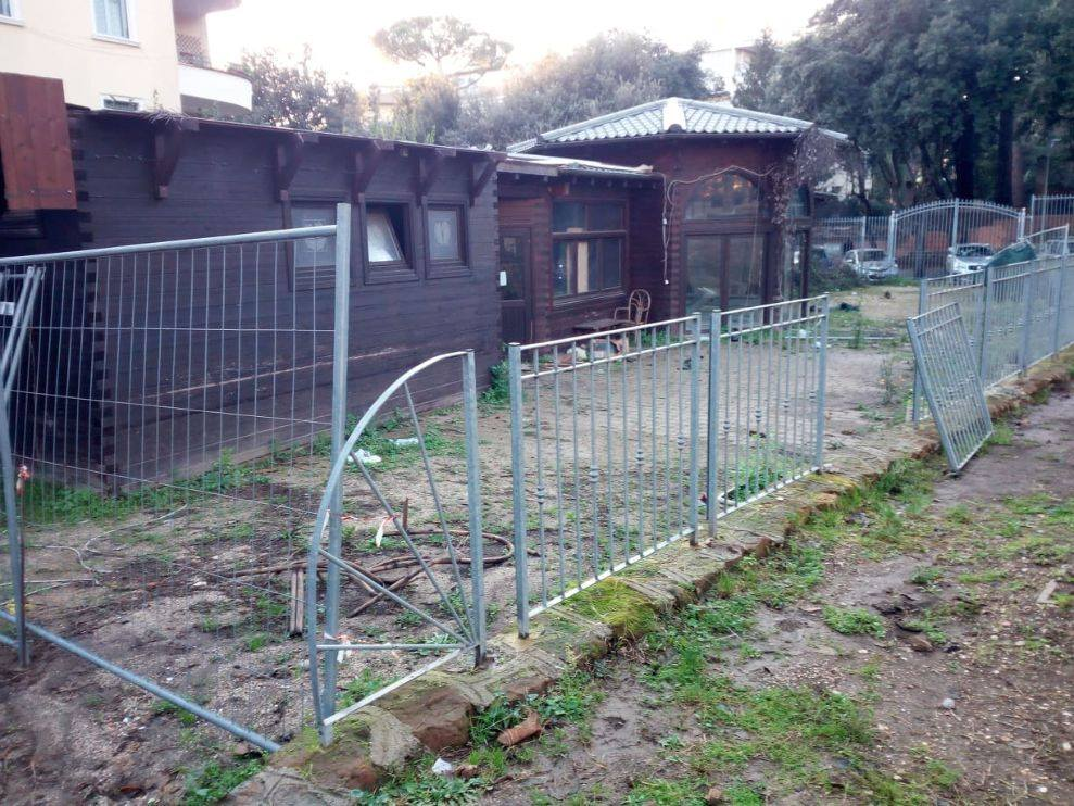 La recinzione abbattuta nell'ex casina dei pini