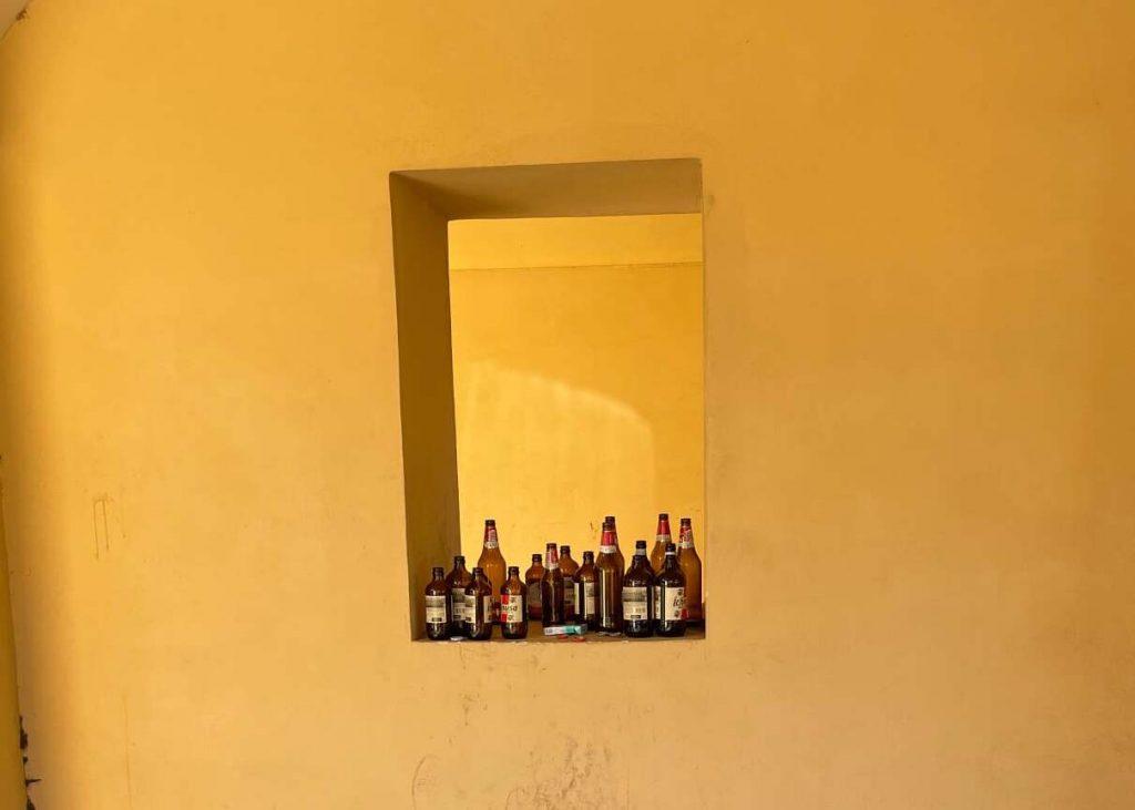"""Le bottiglie di vetro abbandonate a via di Villa Ricotti (foto dal gruppo """"Quelli di piazza Bologna"""")"""