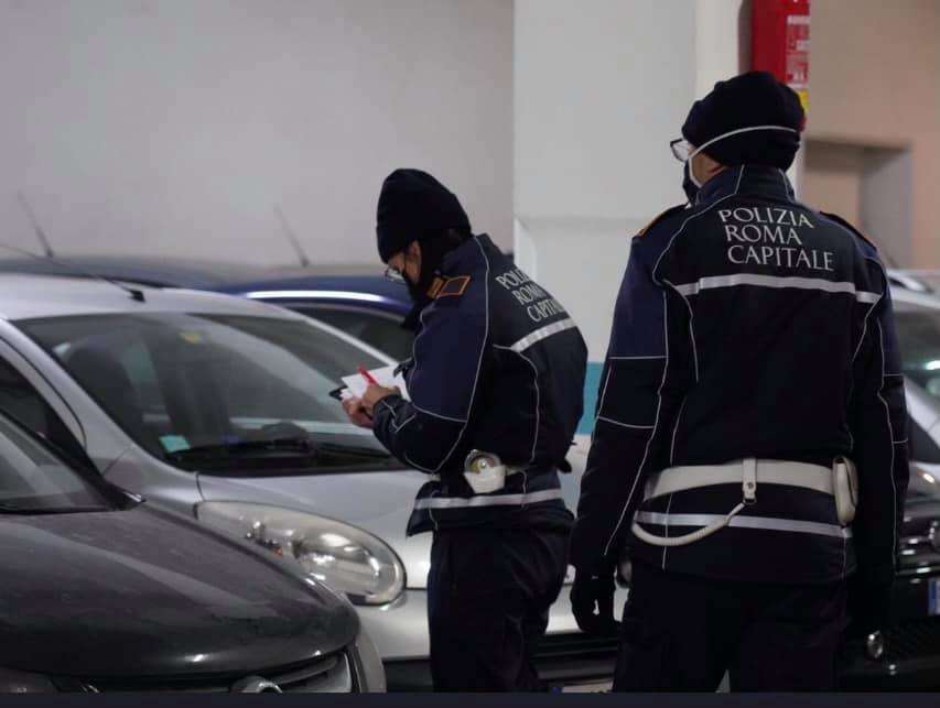 La polizia locale al parcheggio del mercato Italia