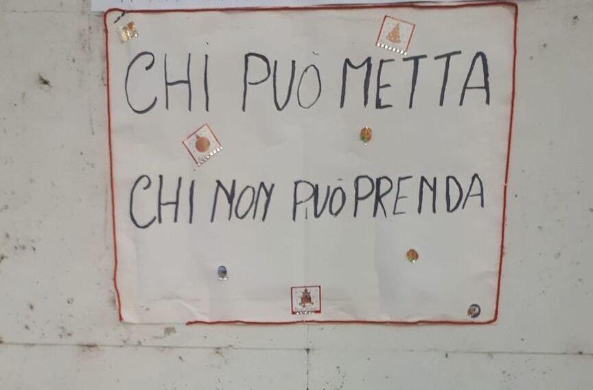 La postazione per il bookcrossing in via Apuania