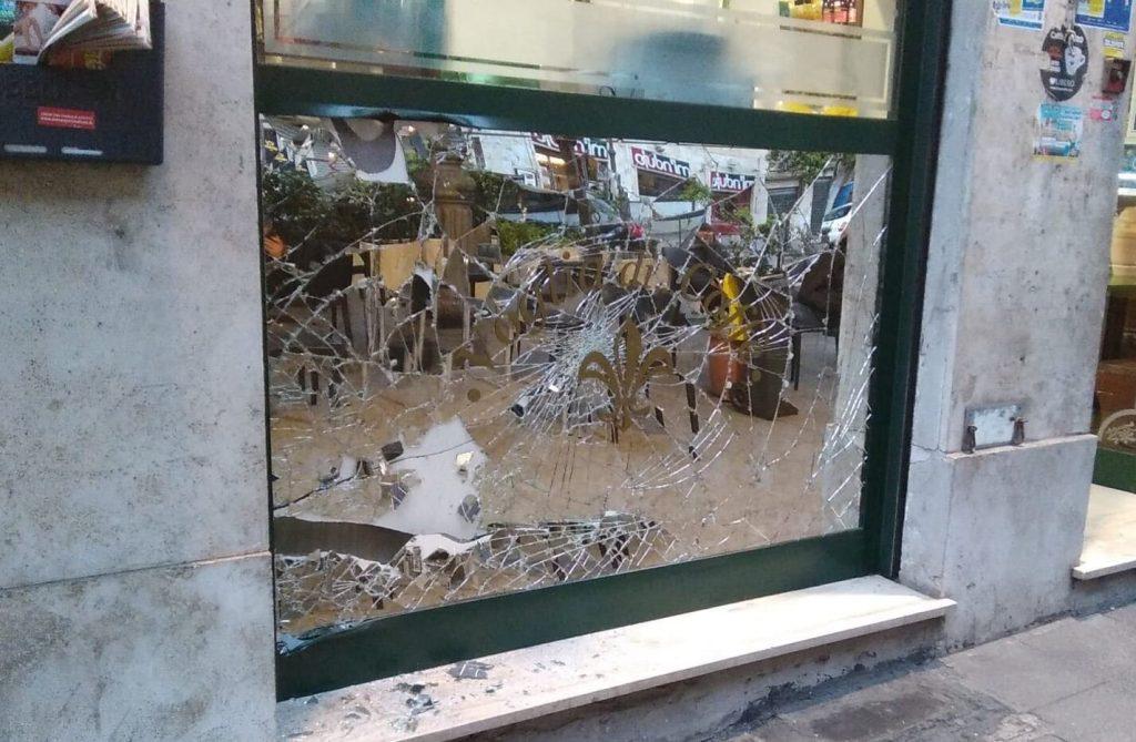 """Il bar attaccato dai ladri in via Catania (foto dal gruppo Facebook """"Quelli di piazza Bologna"""")"""