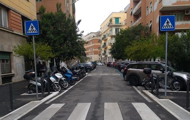 I cartelli stradali riposizionati in via Giovanni da Procida