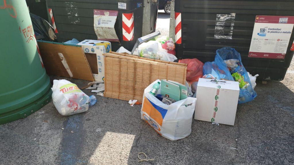 Tra i rifiuti di piazza San Saturnino anche una stuoia di vimini