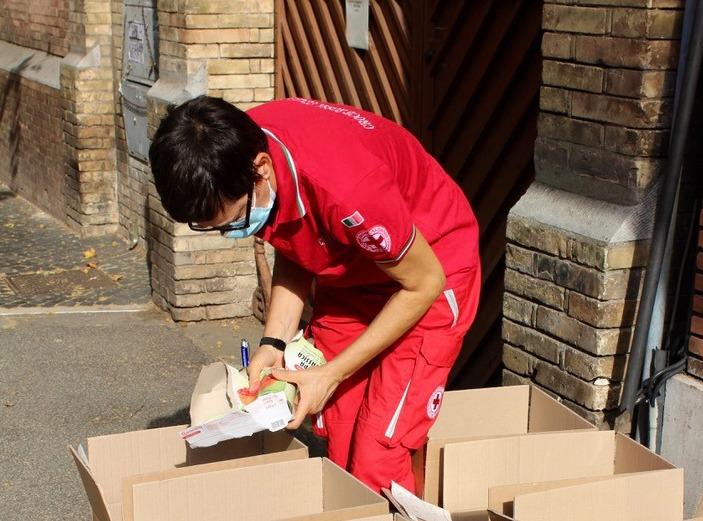 Un volontario della Croce rossa italiana impegnato nella raccolta alimentare