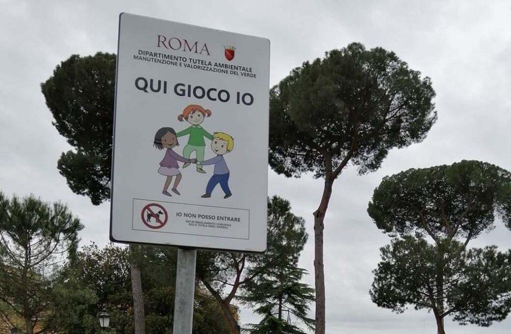 Il cartello nell'area giochi di Villa Massimo (foto dal comitato Viva Villa Massimo)