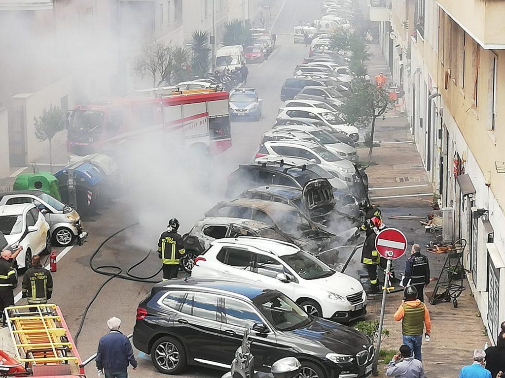 """Le auto in fiamme (foto di Alessandra Mazzone dal gruppo Facebook """"Quelli di piazza Bologna"""")"""