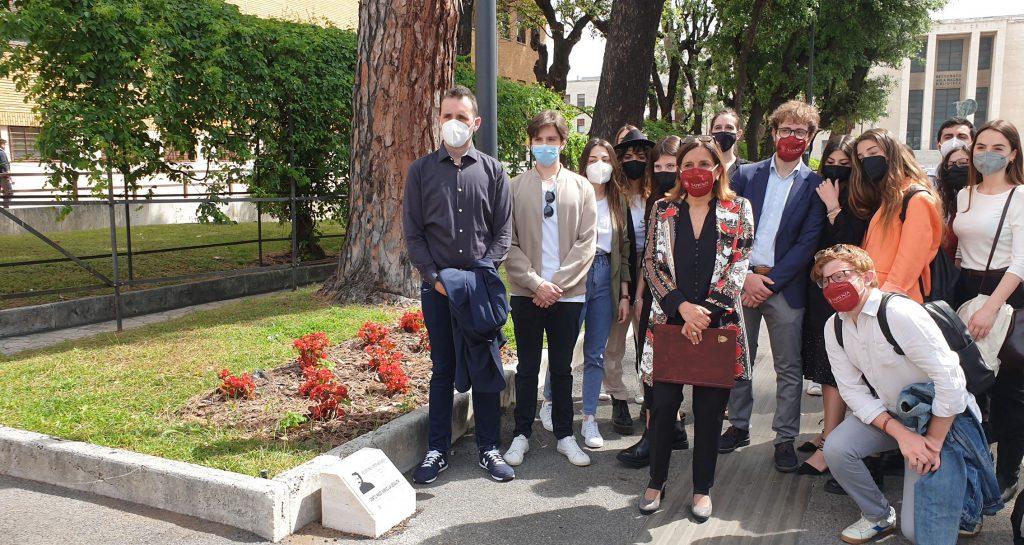 La rettrice Antonella Polimeni con gli studenti davanti alle pietre di inciampo