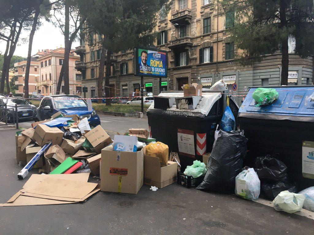 Cartoni e altri rifiuti a Corso Trieste