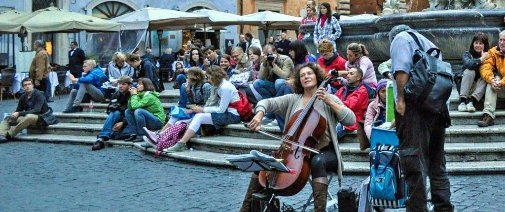 Una musicista in strada a Roma
