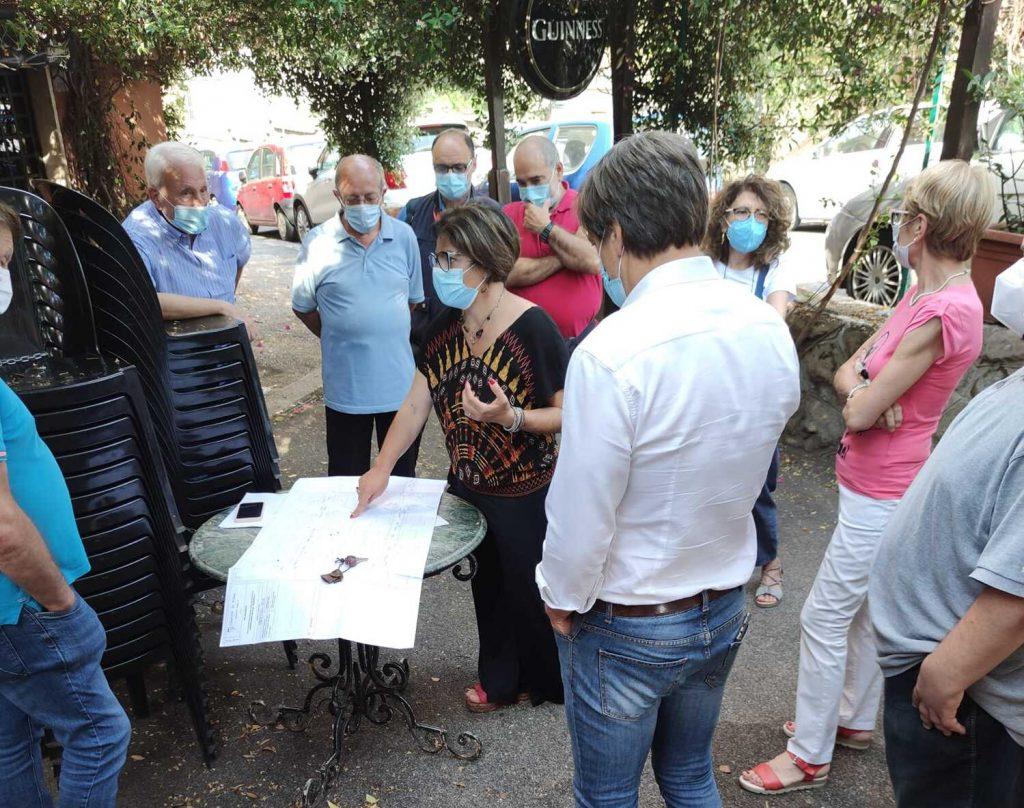 Orlando Corsetti e Francesca Del Bello con i residenti di piazza Pontida