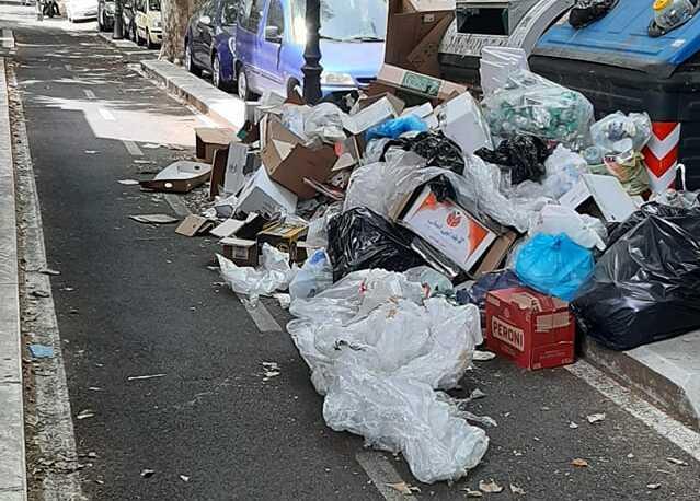 """La ciclabile Nomentana invasa dai rifiuti (foto di Antonello Mellino dal gruppo Facebook """"Quelli di piazza Bologna"""")"""