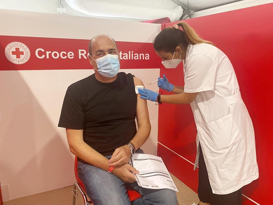 Zingaretti mentre riceve la seconda dose di vaccino anti-Covid