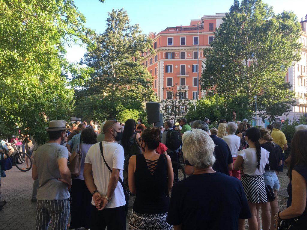 Residenti all'assemblea anti-movida in piazza Bologna