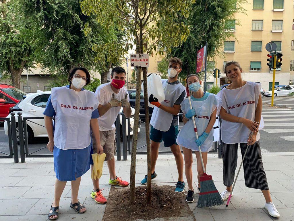 Gli attivisti al lavoro per gli alberi (foto dalla pagina Facebook di Daje de alberi)