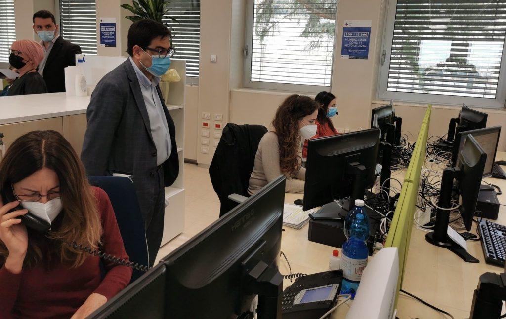 L'assessore regionale alla Sanità, Alessio D'Amato, nella centrale operativa del numero anti Covid