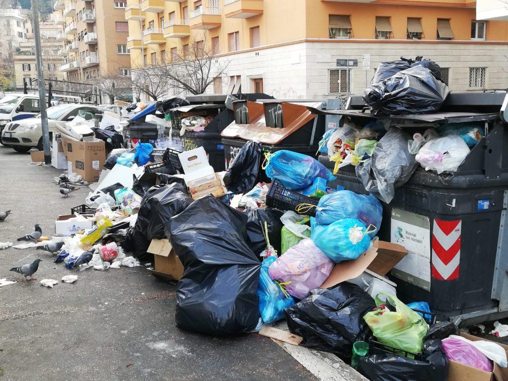 L'immondizia invade il marciapiede di via Cipro