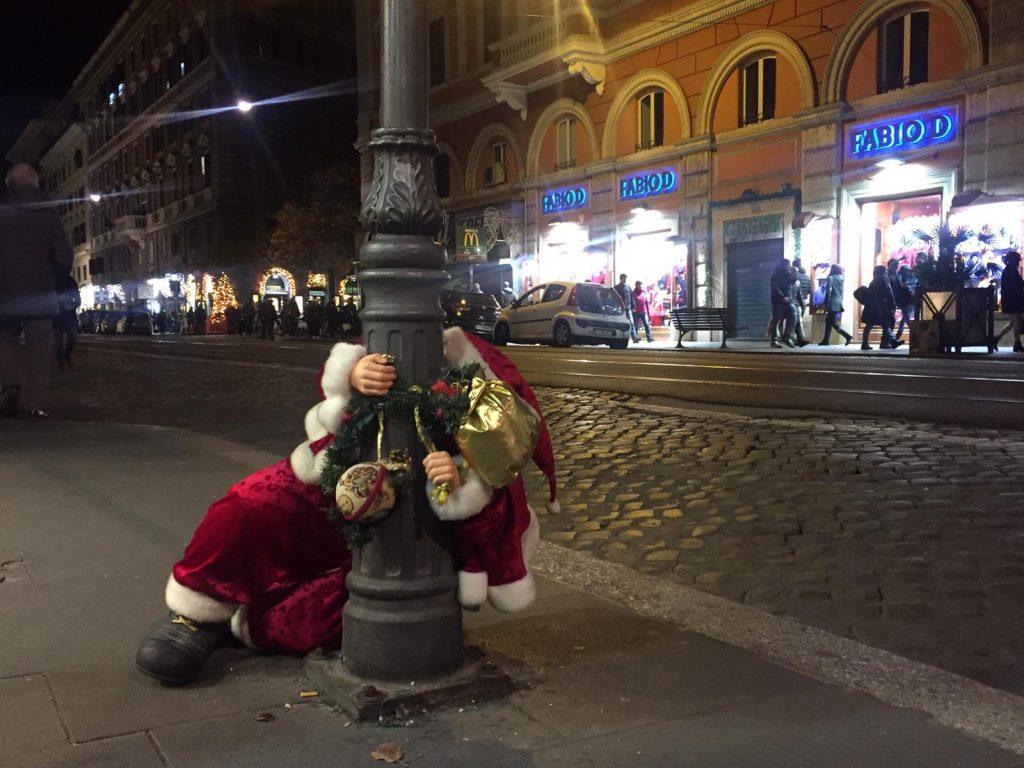 Babbo Natale Ubriaco.Via Ottaviano Il Babbo Natale Ubriaco Si Aggrappa A Un Lampione