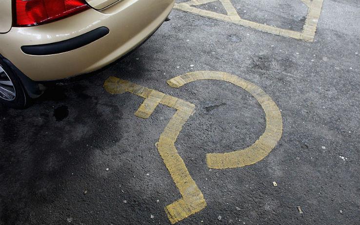 Un parcheggio disabili occupato abusivamente