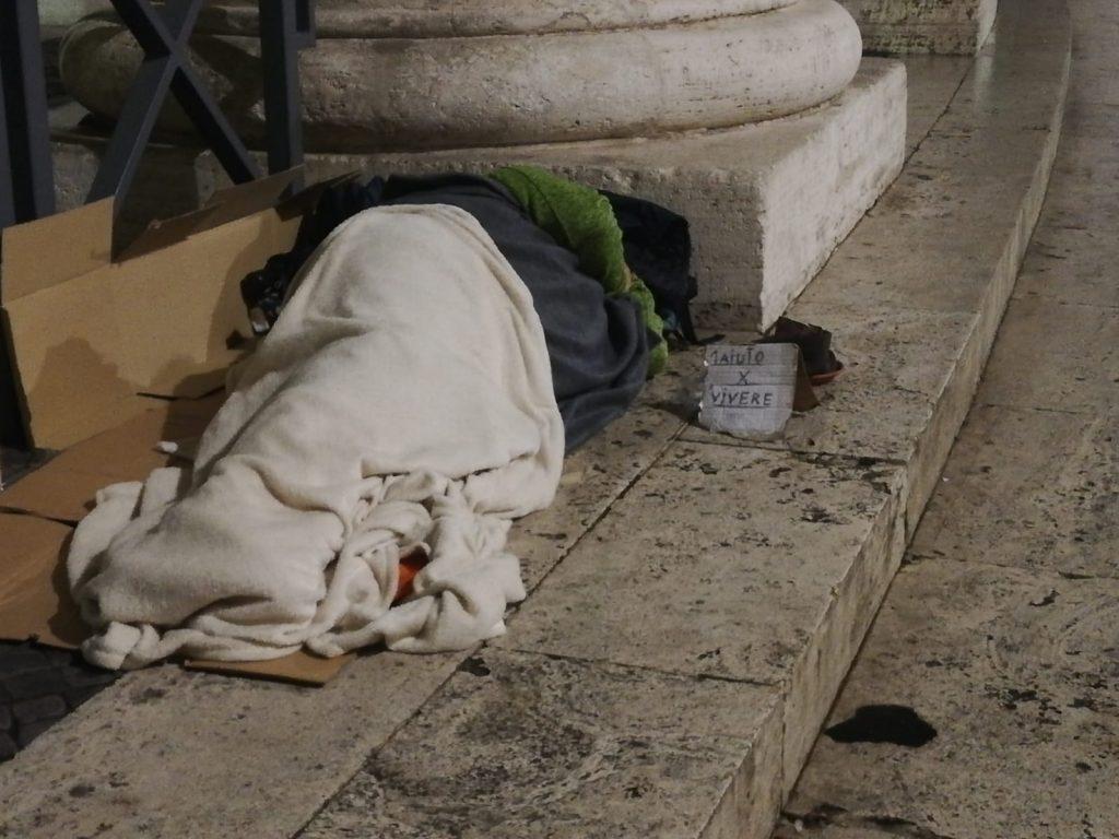 Un senzatetto vicino a San Pietro
