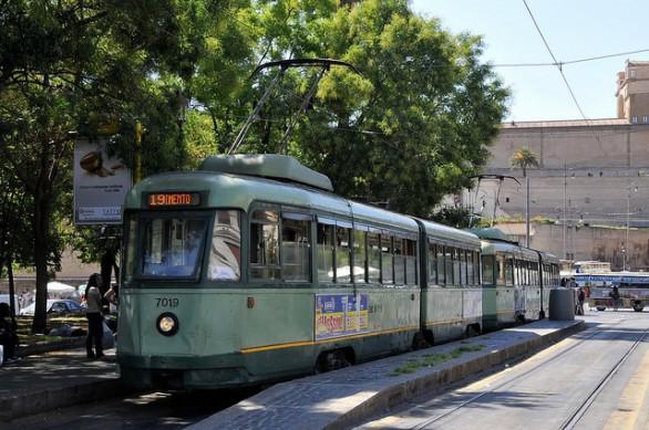 Un tram della linea 19 che attraversa anche Prati