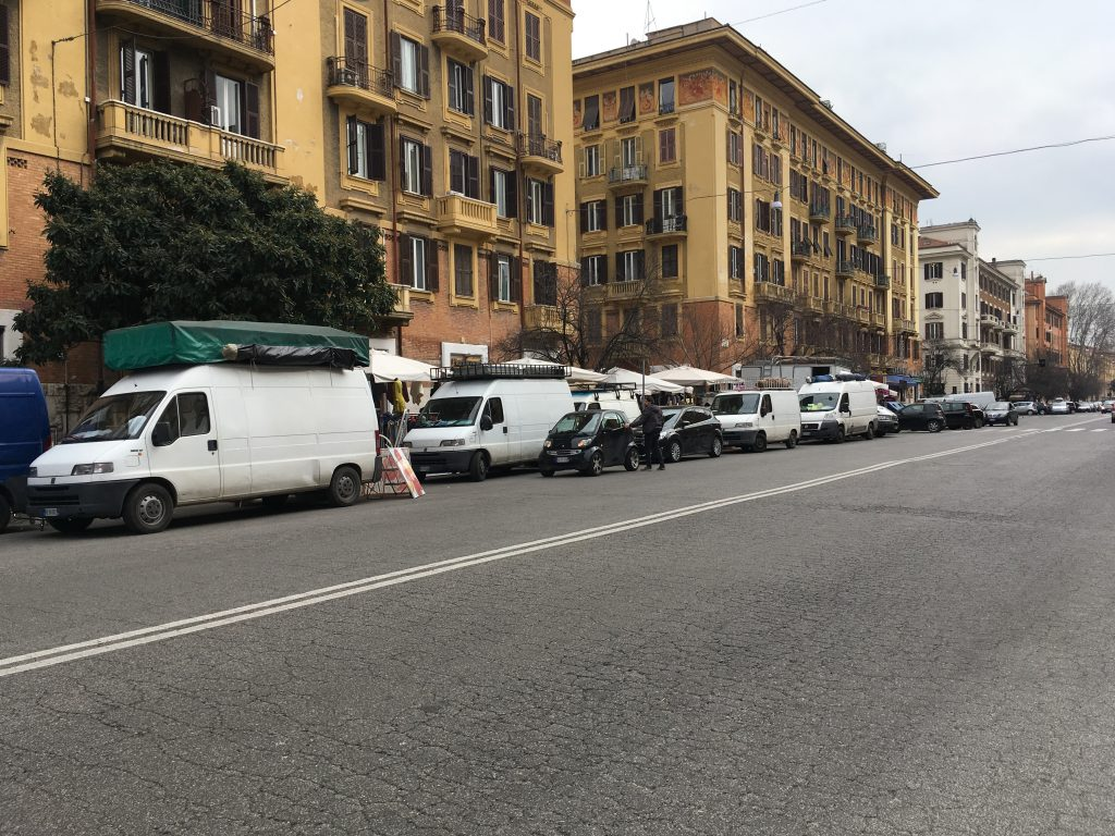 Ambulanti in via Ferrari