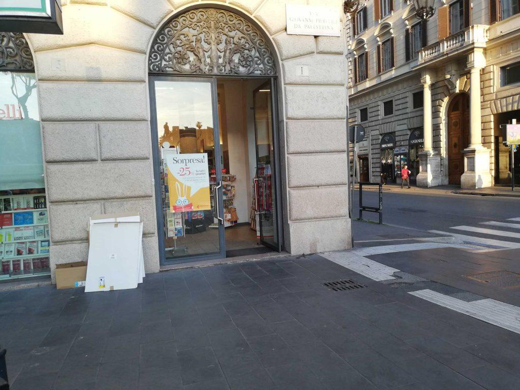 Mauro lavora nella libreria Feltrinelli. «Sono sparite le botteghe, i negozi storici»