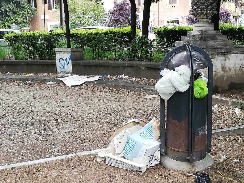 I cestini sono stracolmi di rifiuti
