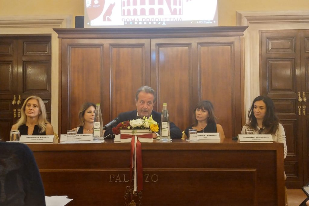 Luigi Carletti, presidente di Typimedia e direttore di RomaH24, modera il dibattito. Con lui  Manuela Pelati (Corriere della Sera), Alessandra Paolini (Repubblica), , Damiana Verrucci (Il Tempo), Camilla Mozzetti (Il Messaggero)