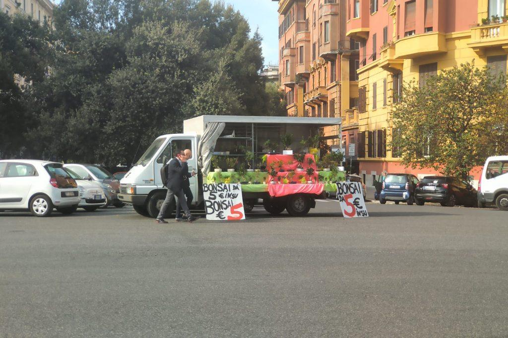 Un furgone in mezzo alla carreggiata