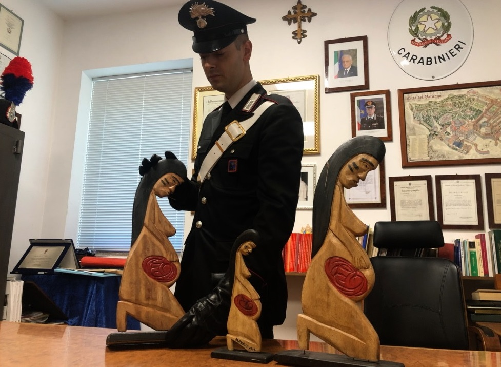 Le statuette recuperate dai carabinieri