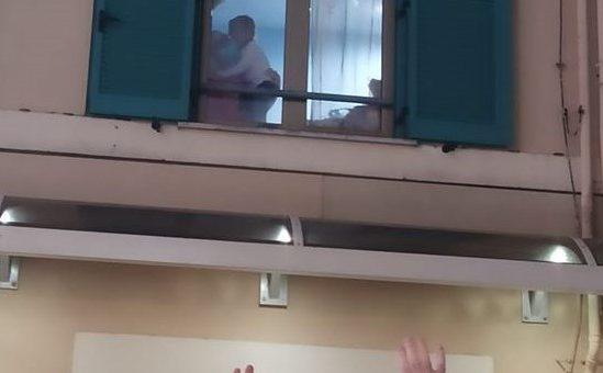 Elisa saluta papà Fabio dalla sua finestra al Bambin Gesù