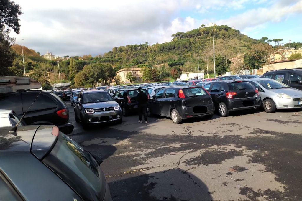 Parcheggiatore abusivo accanto all'area verde di via Teulada