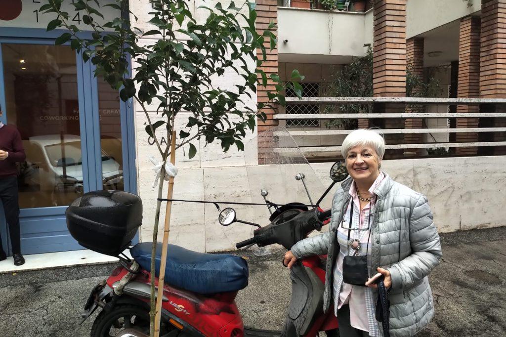 Via Pietro Borsieri, Isabella Colace con il suo sistema per salvare un albero
