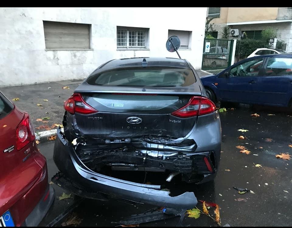Una vettura danneggiata dopo l'incidente della scorsa notte