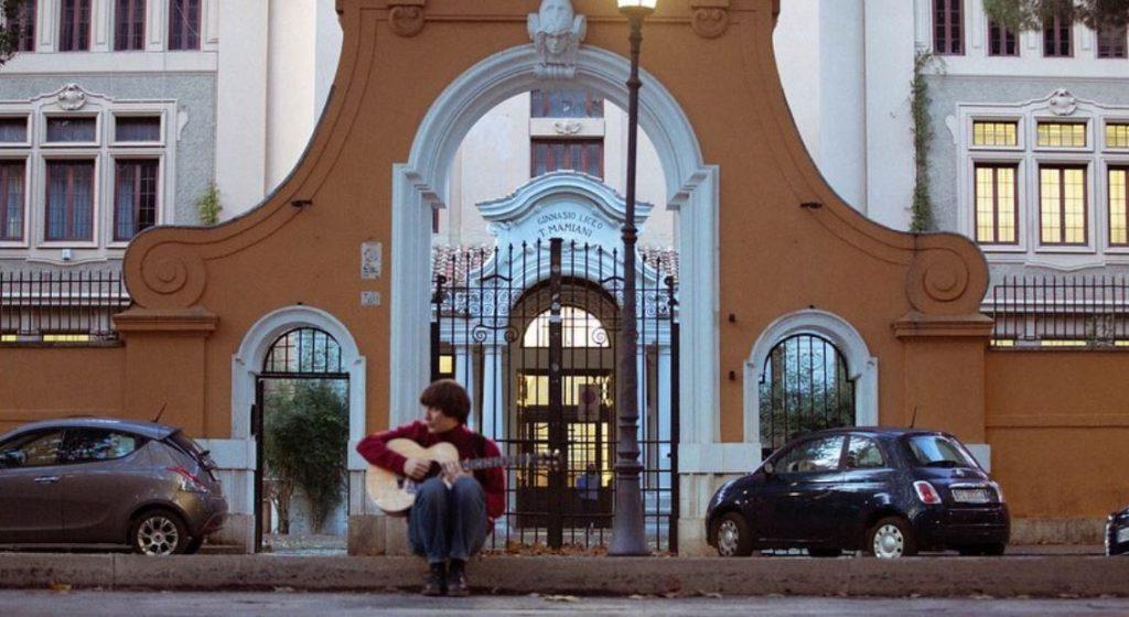 Matteo Alieno davanti al liceo Mamiani