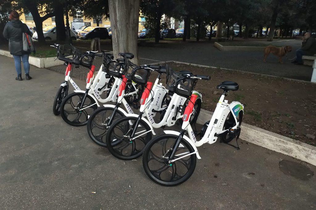 Le Greta parcheggiate in piazza Mazzini