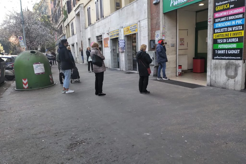 Fila davanti a un supermercato di viale Mazzini