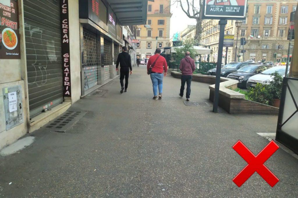 Tre amici a spasso per viale Giulio Cesare. Sbagliato
