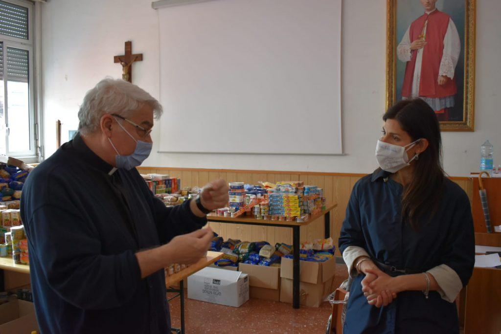 Don Wladimiro con Virginia Raggi in visita al San Giuseppe al Trionfale