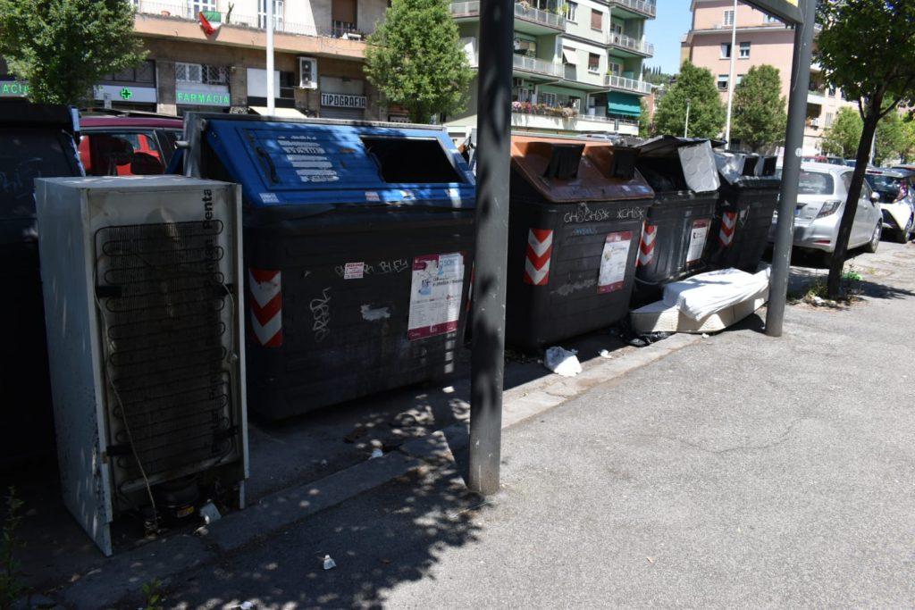 Un frigorifero abbandonato in circonvallazione Clodia