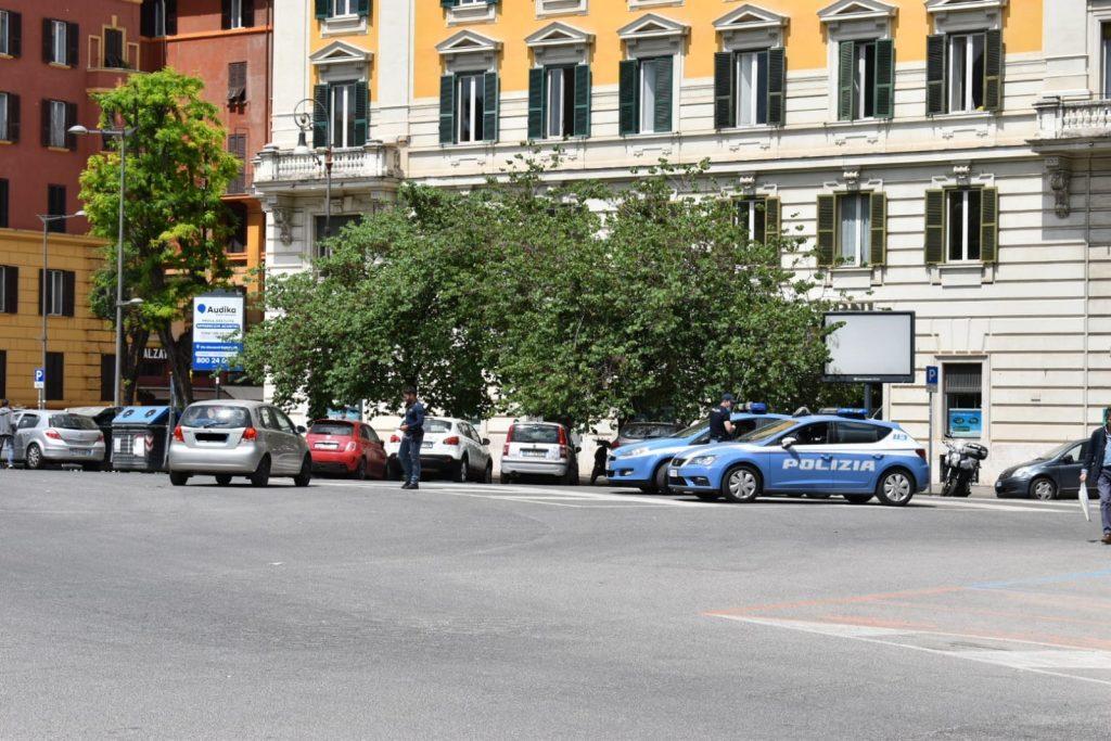Controlli della polizia in piazza Mazzini