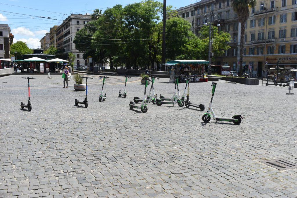 Monopattini elettrici in piazza del Risorgimento