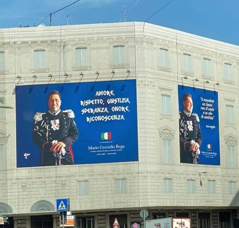 Un cartellone esposto a piazza Cavour in memoria di Cerciello Rega. Foto dalla pagina ufficiale di Giorgia Meloni