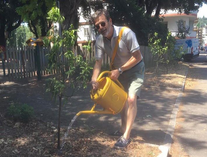 Un cittadino innaffia i limoni di piazza del Fante. Dalla pagina Facebook Prati in azione!